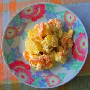 Ensalada patata, gamba y huevo lista para saborear