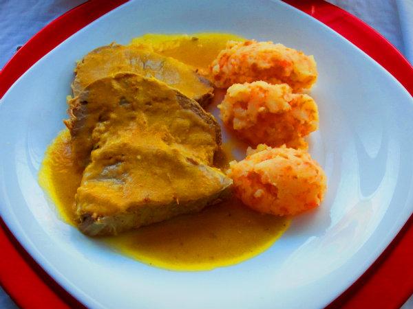 Redondo de ternera en salsa con puré de patata y zanahoria casero