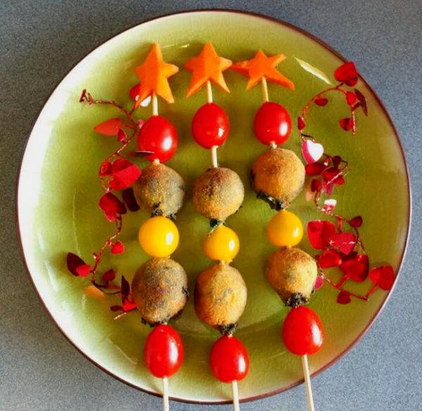 Brochetas-de-croquetas-vegetarianas-de-espinacas-y-piñones-navideñas