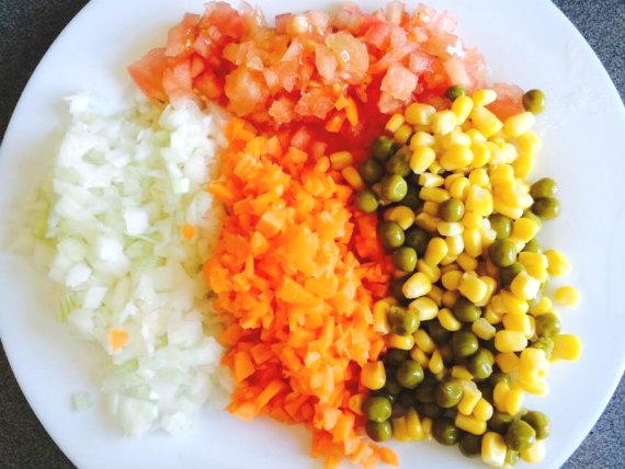 Preparación ingredientes para ensalada de cous cous