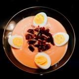 Salmorejo con jamón y huevo de cordoniz