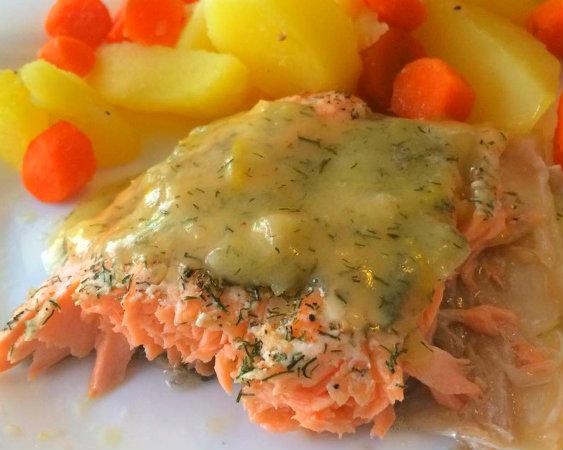 Salmón con salsa de limón y eneldo