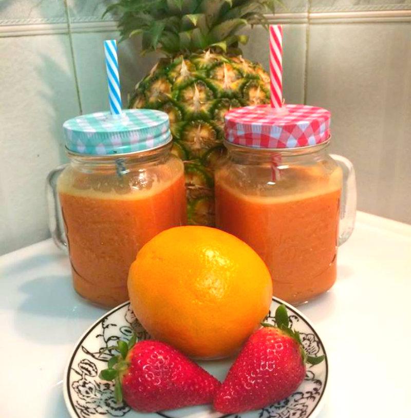zumo natural de naranja, piña y fresa