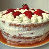 Tarta de fresas con nata y bizcocho
