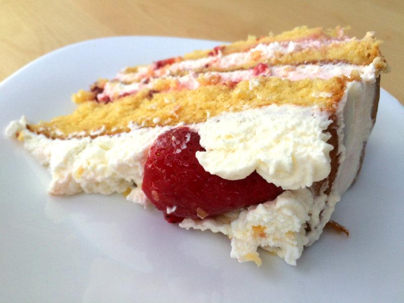 Trocito de tarta de fresas con nata