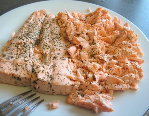 desmenuzando salmón