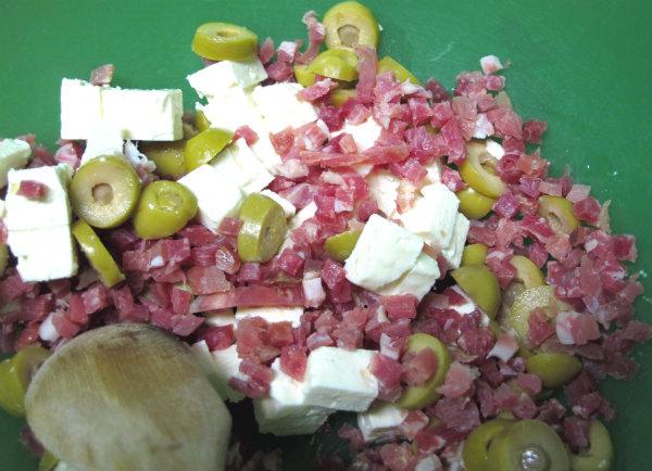picando ingredientes para la ensalada de coliflor templada