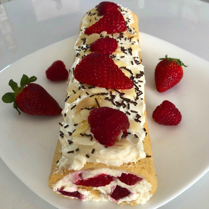 brazo de gitano con frutos rojos y crema de queso